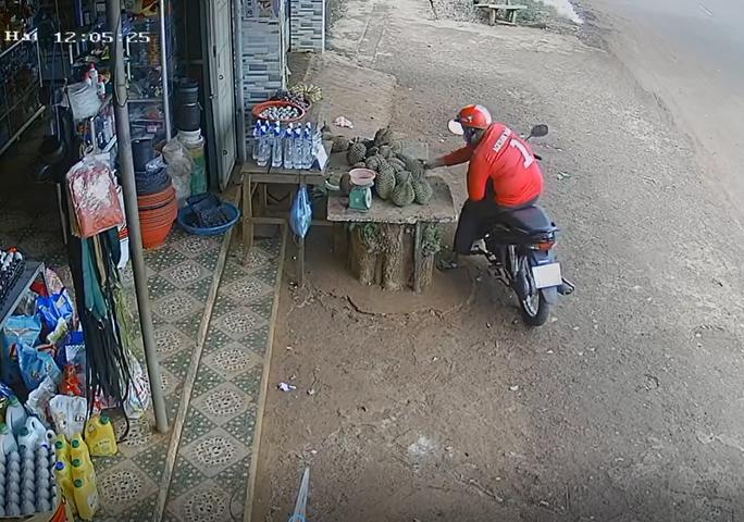 CLIP: Ngán ngẩm thanh niên khỏe mạnh đi trộm sầu riêng và xe đạp trẻ em - Ảnh 1.