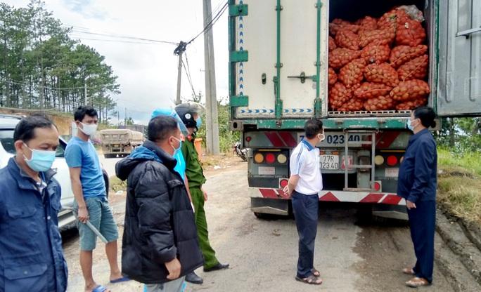 Tạm giữ 29 tấn khoai tây Trung Quốc ngược lên Đà Lạt giữa lúc dịch bệnh - Ảnh 1.
