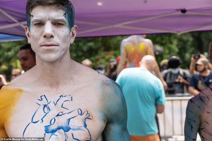Hàng loạt người mẫu khỏa thân, biến hình trên phố - Ảnh 1.