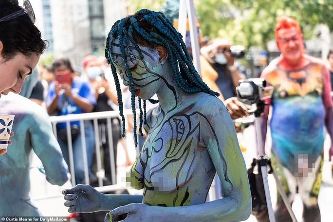 Hàng loạt người mẫu khỏa thân, biến hình trên phố - Ảnh 2.