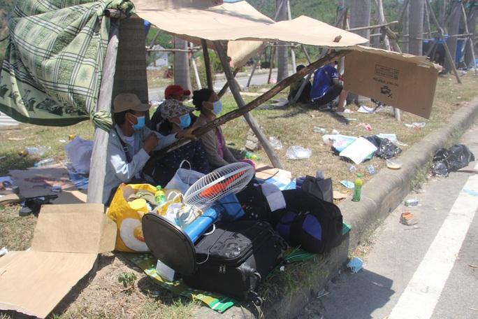 Người dân dựng lều bạt giữa dải phân cách tránh nắng chờ khai báo y tế, đưa đi cách ly - Ảnh 9.