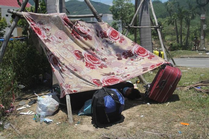 Người dân dựng lều bạt giữa dải phân cách tránh nắng chờ khai báo y tế, đưa đi cách ly - Ảnh 10.
