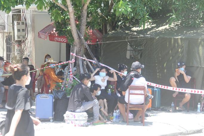 Người dân dựng lều bạt giữa dải phân cách tránh nắng chờ khai báo y tế, đưa đi cách ly - Ảnh 11.