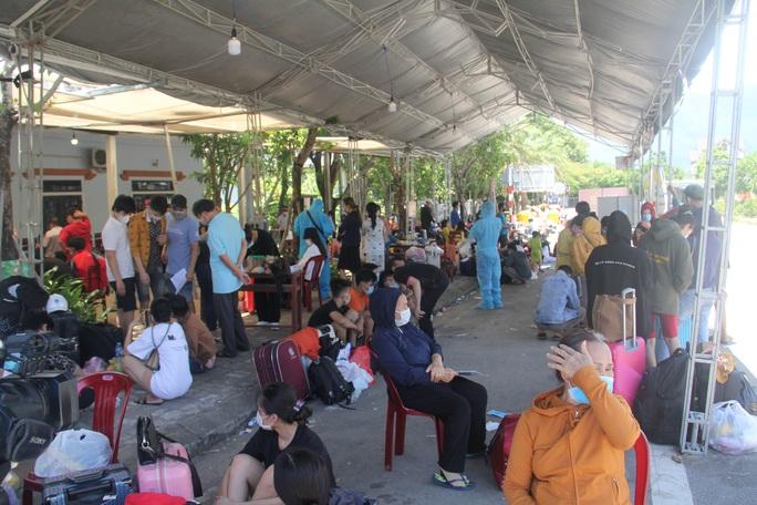 Người dân dựng lều bạt giữa dải phân cách tránh nắng chờ khai báo y tế, đưa đi cách ly - Ảnh 14.