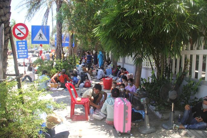 Người dân dựng lều bạt giữa dải phân cách tránh nắng chờ khai báo y tế, đưa đi cách ly - Ảnh 17.