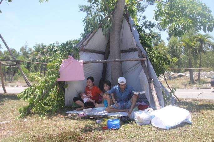 Người dân dựng lều bạt giữa dải phân cách tránh nắng chờ khai báo y tế, đưa đi cách ly - Ảnh 3.