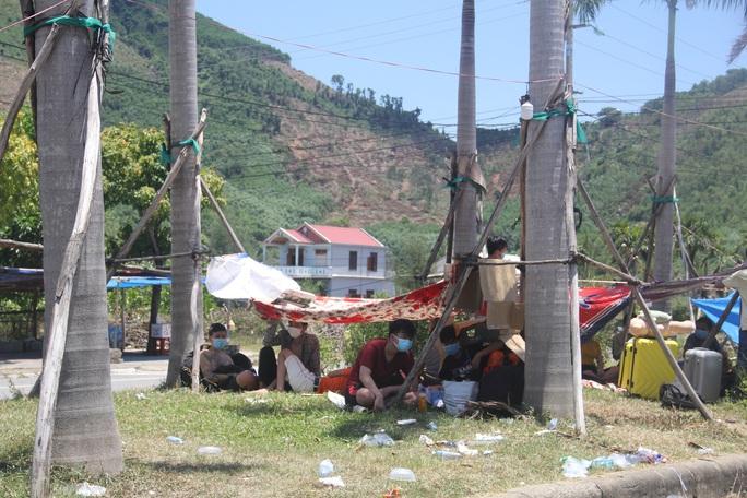 Người dân dựng lều bạt giữa dải phân cách tránh nắng chờ khai báo y tế, đưa đi cách ly - Ảnh 2.