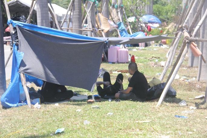 Người dân dựng lều bạt giữa dải phân cách tránh nắng chờ khai báo y tế, đưa đi cách ly - Ảnh 4.