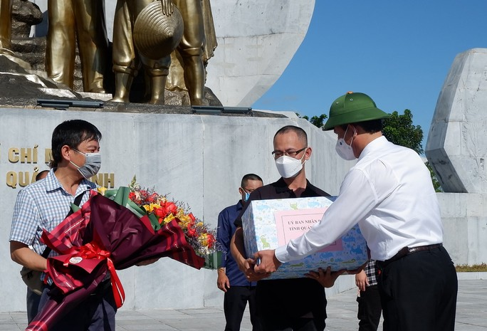 Quảng Bình chi viện 29 y bác sĩ vào TP HCM chống dịch - Ảnh 1.