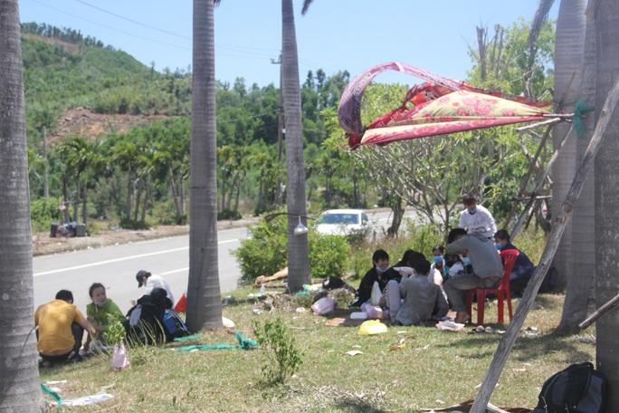 Người dân dựng lều bạt giữa dải phân cách tránh nắng chờ khai báo y tế, đưa đi cách ly - Ảnh 5.