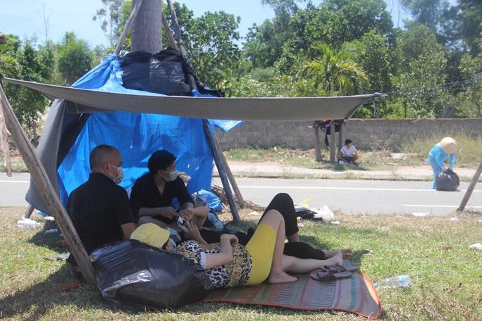 Người dân dựng lều bạt giữa dải phân cách tránh nắng chờ khai báo y tế, đưa đi cách ly - Ảnh 6.