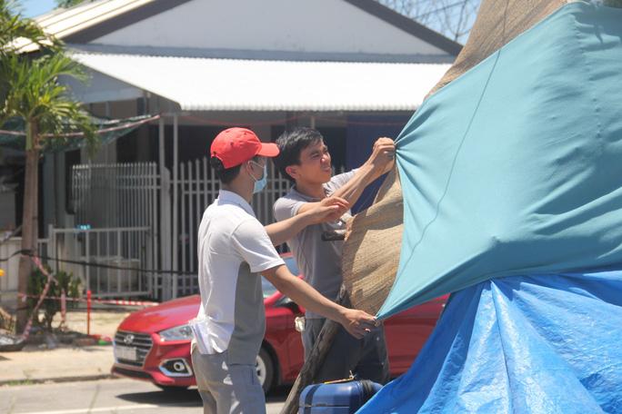 Người dân dựng lều bạt giữa dải phân cách tránh nắng chờ khai báo y tế, đưa đi cách ly - Ảnh 7.