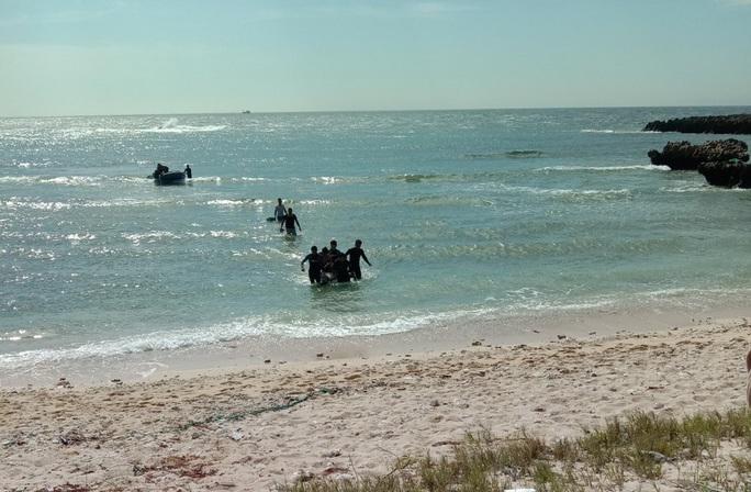 Tìm thấy thi thể hai thanh niên câu cá bị sóng biển đánh mất tích - Ảnh 1.