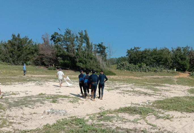 Tìm thấy thi thể hai thanh niên câu cá bị sóng biển đánh mất tích - Ảnh 2.