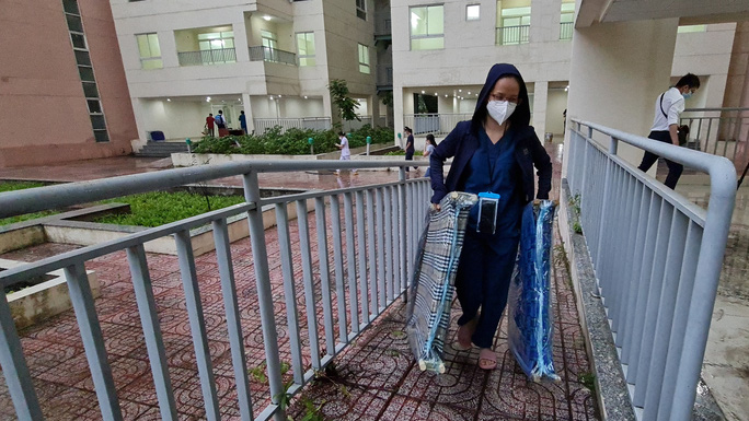 VÀO ĐIỂM NÓNG COVID-19 (*): 12 giờ xây bệnh viện dã chiến - Ảnh 1.
