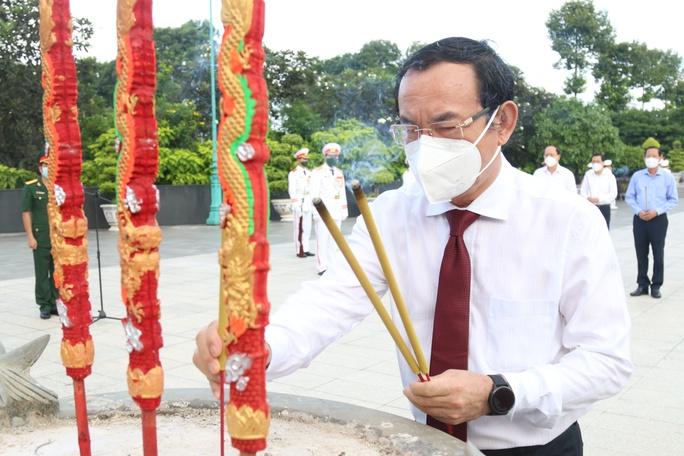 Lãnh đạo TP HCM dâng hoa, dâng hương tưởng niệm các anh hùng liệt sĩ - Ảnh 3.