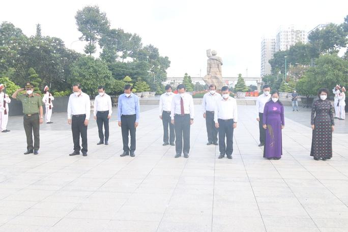 Lãnh đạo TP HCM dâng hoa, dâng hương tưởng niệm các anh hùng liệt sĩ - Ảnh 2.