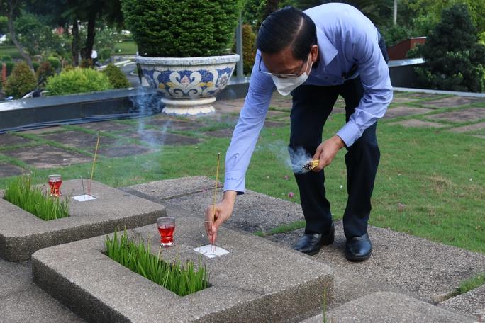 Lãnh đạo TP HCM dâng hoa, dâng hương tưởng niệm các anh hùng liệt sĩ - Ảnh 4.