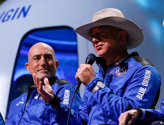 Cạnh tranh tỉ phú Musk, tỉ phú Bezos chơi sộp với NASA - Ảnh 1.