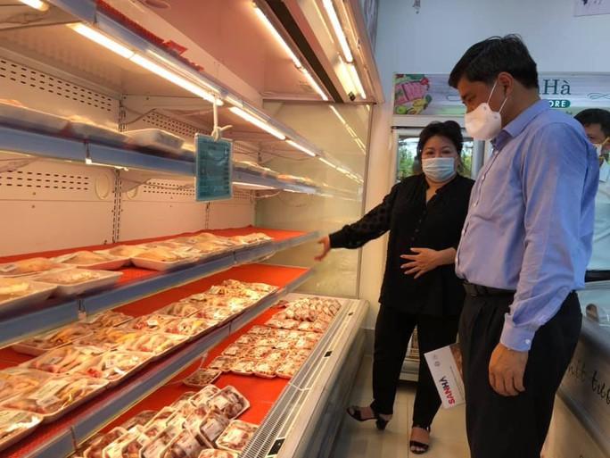 Giá gà công nghiệp giảm sâu, chỉ còn 10.000 đồng/kg - Ảnh 1.