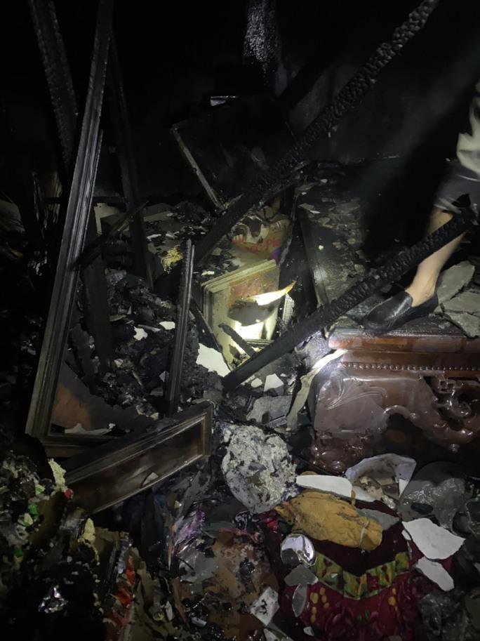 Vợ chồng chủ cửa hàng tạp hóa chết trong đám cháy, trên người có nhiều vết đâm - Ảnh 2.