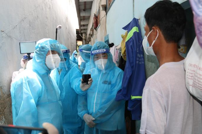 Bí thư Thành ủy TP HCM Nguyễn Văn Nên thăm, động viên người dân trong khu nhà trọ - Ảnh 1.