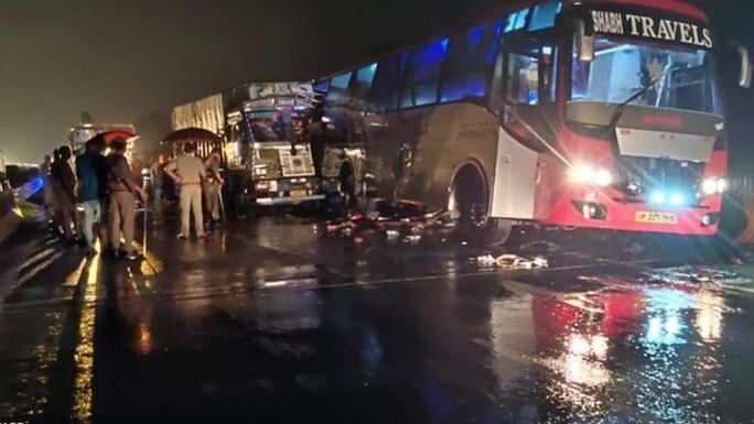 Ngủ dưới xe buýt, 18 người bị xe tải cán chết - Ảnh 1.