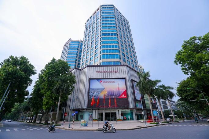 Tạm phong toả 1 trung tâm thương mại ở phố Bà Triệu liên quan ca nhiễm SARS-CoV-2 - Ảnh 2.