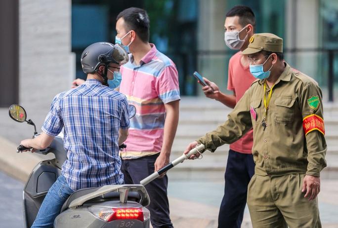 Tạm phong toả 1 trung tâm thương mại ở phố Bà Triệu liên quan ca nhiễm SARS-CoV-2 - Ảnh 7.