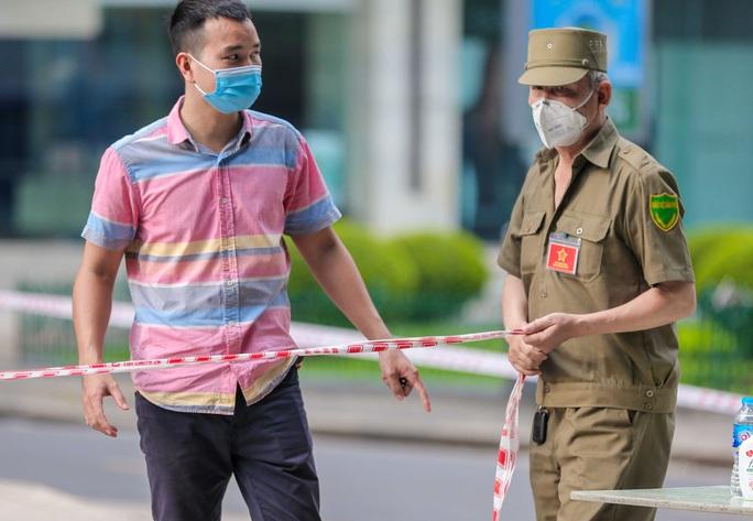 Tạm phong toả 1 trung tâm thương mại ở phố Bà Triệu liên quan ca nhiễm SARS-CoV-2 - Ảnh 6.