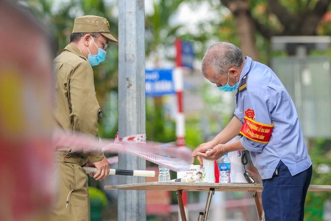 Tạm phong toả 1 trung tâm thương mại ở phố Bà Triệu liên quan ca nhiễm SARS-CoV-2 - Ảnh 12.