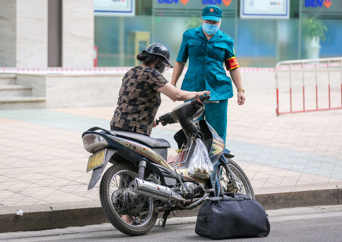 Tạm phong toả 1 trung tâm thương mại ở phố Bà Triệu liên quan ca nhiễm SARS-CoV-2 - Ảnh 8.