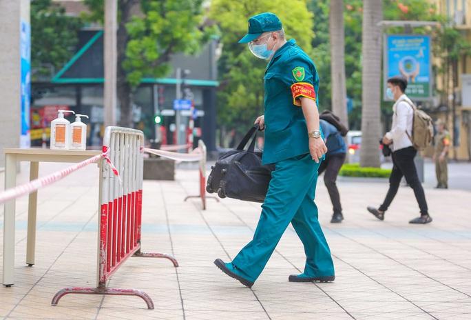 Tạm phong toả 1 trung tâm thương mại ở phố Bà Triệu liên quan ca nhiễm SARS-CoV-2 - Ảnh 9.