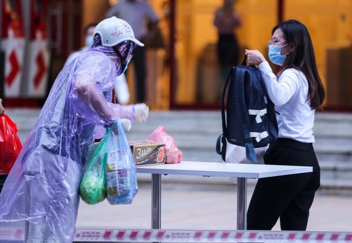 Tạm phong toả 1 trung tâm thương mại ở phố Bà Triệu liên quan ca nhiễm SARS-CoV-2 - Ảnh 16.