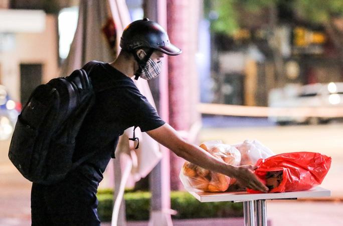 Người dân mặc áo mưa tiếp tế lương thực vào trung tâm thương mại bị phong toả - Ảnh 13.