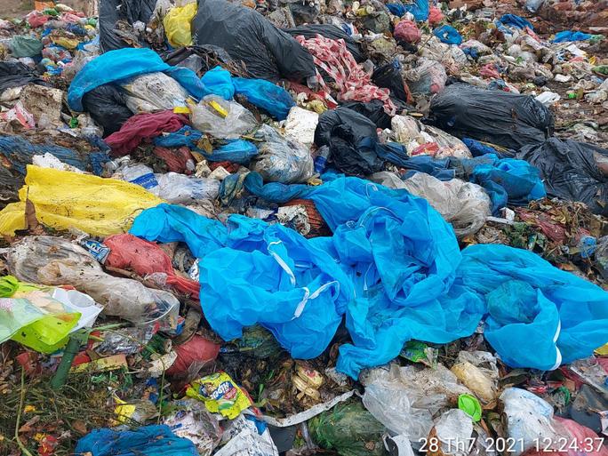 Phạt xe chở rác trộn chung đồ chống dịch với rác sinh hoạt tại bãi rác Khánh Sơn - Ảnh 1.