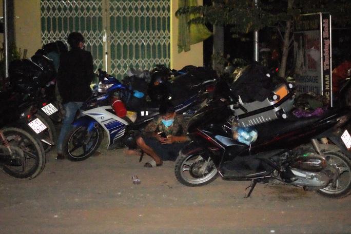 Clip:  Xuyên đêm sửa xe miễn phí cho đoàn người từ miền Nam về quê bằng xe máy - Ảnh 8.