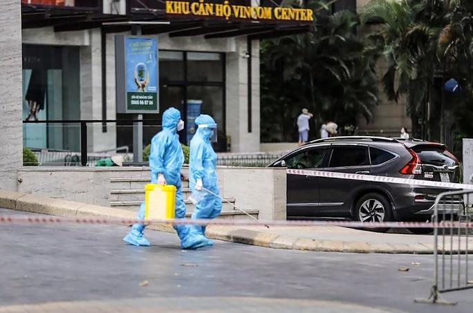 Tạm phong toả 1 trung tâm thương mại ở phố Bà Triệu liên quan ca nhiễm SARS-CoV-2 - Ảnh 3.