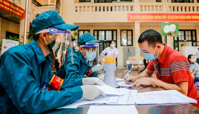 CLIP: Hà Nội bắt đầu tiêm vắc-xin Covid-19 diện rộng cho người dân - Ảnh 12.