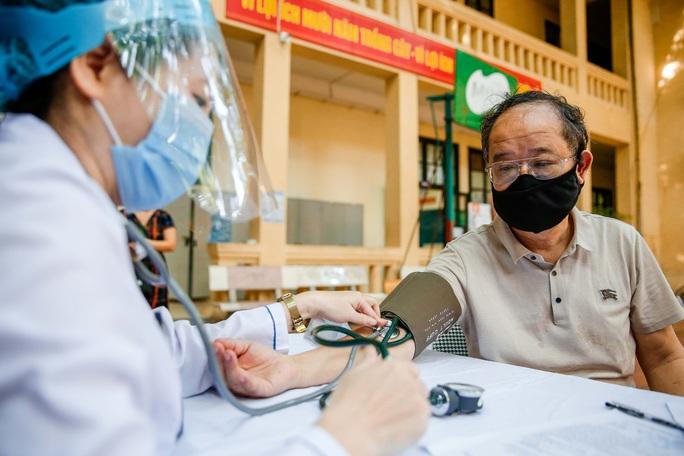 CLIP: Hà Nội bắt đầu tiêm vắc-xin Covid-19 diện rộng cho người dân - Ảnh 4.