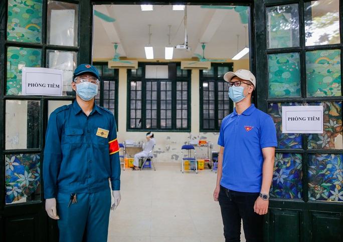 CLIP: Hà Nội bắt đầu tiêm vắc-xin Covid-19 diện rộng cho người dân - Ảnh 17.