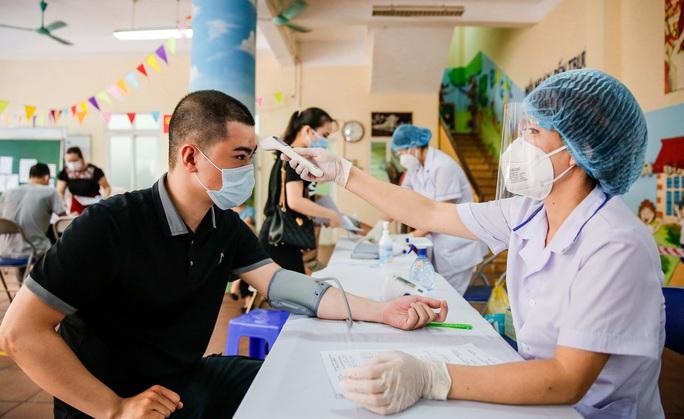 CLIP: Hà Nội bắt đầu tiêm vắc-xin Covid-19 diện rộng cho người dân - Ảnh 3.