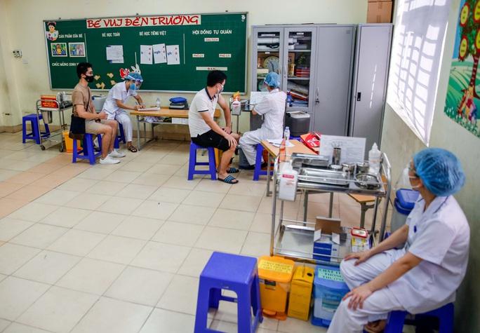CLIP: Hà Nội bắt đầu tiêm vắc-xin Covid-19 diện rộng cho người dân - Ảnh 18.