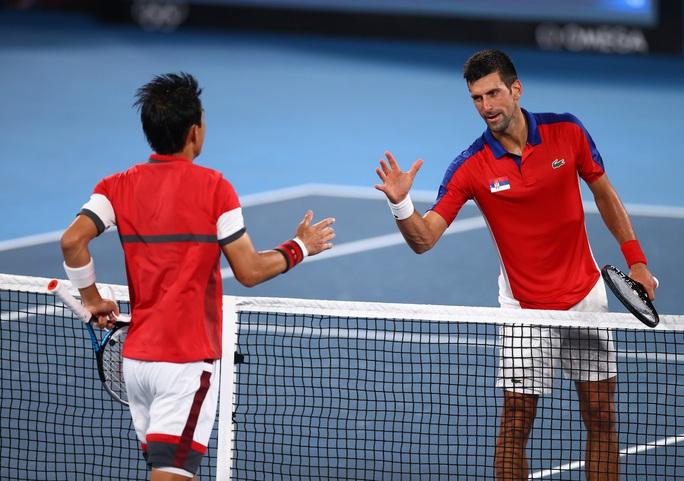 Olympic Tokyo 2020: Hạ tay vợt nước chủ nhà, Djokovic tiến gần đến danh hiệu Golden Slam - Ảnh 5.