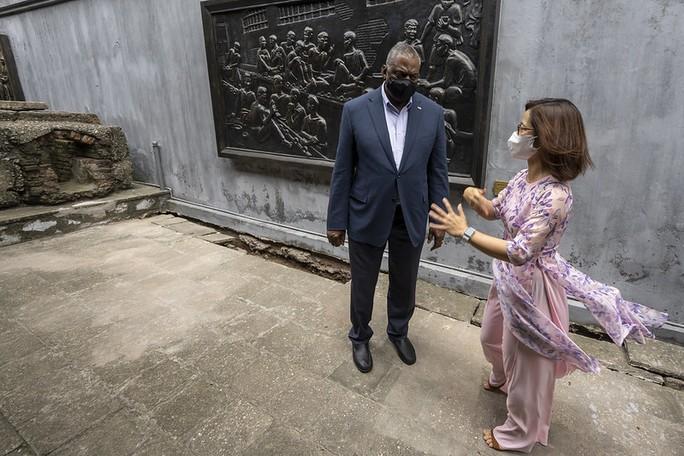 Bộ trưởng Quốc phòng Mỹ thăm nhà tù Hỏa Lò, đặt hoa tại đài kỷ niệm bên hồ Trúc Bạch - Ảnh 4.