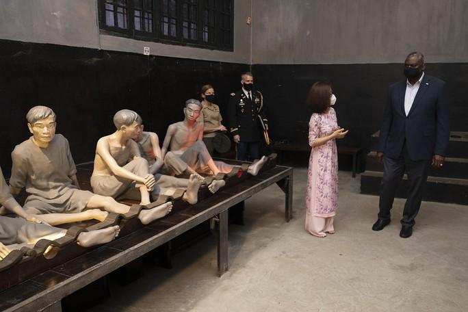 Bộ trưởng Quốc phòng Mỹ thăm nhà tù Hỏa Lò, đặt hoa tại đài kỷ niệm bên hồ Trúc Bạch - Ảnh 6.