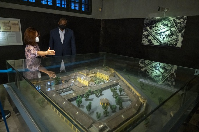 Bộ trưởng Quốc phòng Mỹ thăm nhà tù Hỏa Lò, đặt hoa tại đài kỷ niệm bên hồ Trúc Bạch - Ảnh 7.