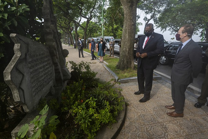 Bộ trưởng Quốc phòng Mỹ thăm nhà tù Hỏa Lò, đặt hoa tại đài kỷ niệm bên hồ Trúc Bạch - Ảnh 2.