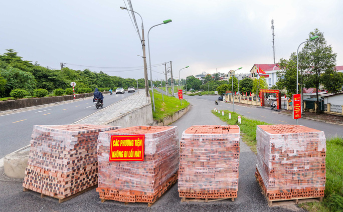 CLIP: Dùng 2 vạn gạch, xe tải, bê tông... làm chốt cứng hạn chế người dân ra đường - Ảnh 13.