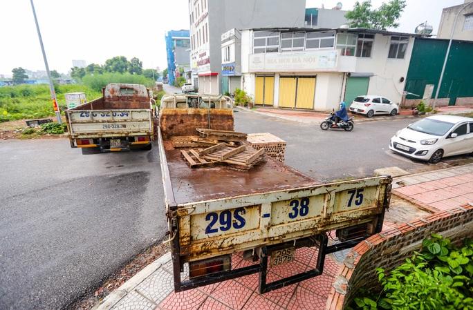 CLIP: Dùng 2 vạn gạch, xe tải, bê tông... làm chốt cứng hạn chế người dân ra đường - Ảnh 15.